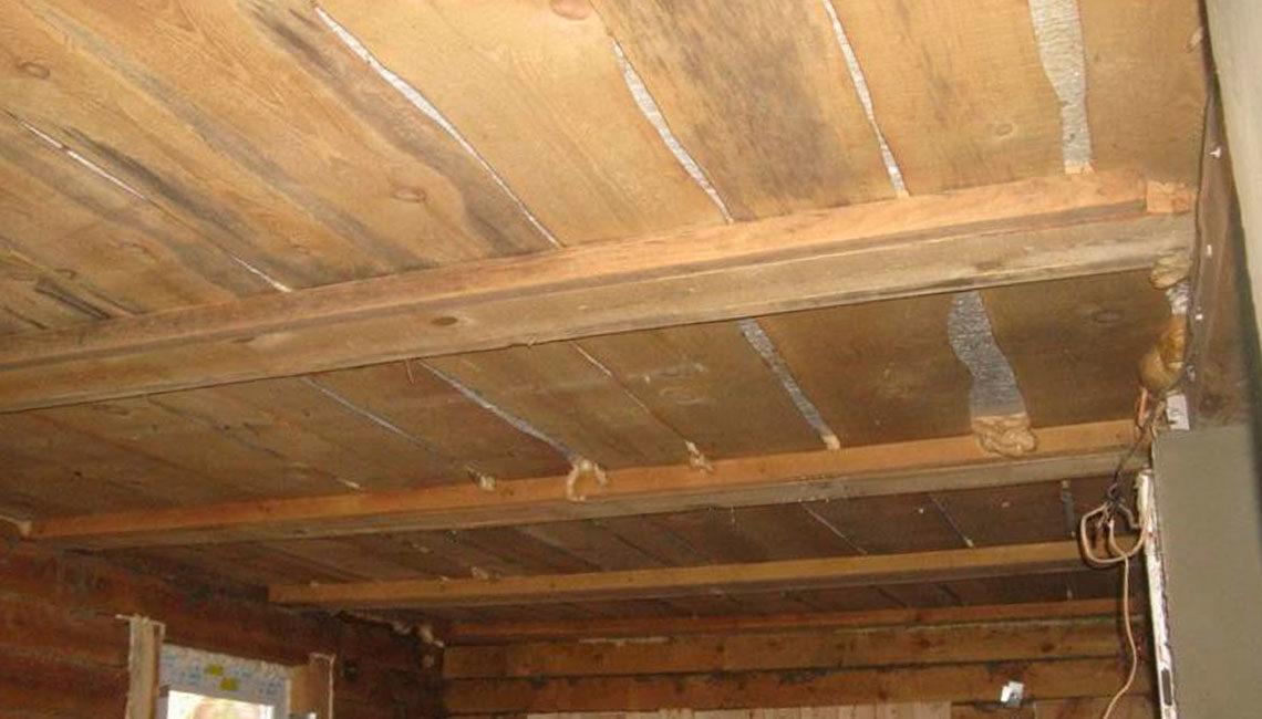 Черновая подшивка потолка по лагам