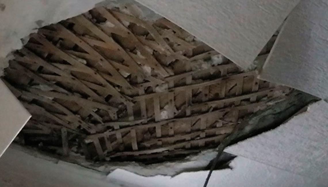 Демонтаж подшивки потолка по лагам
