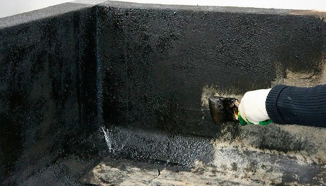 Огрунтовка праймером поверхности примыканий и фартуков